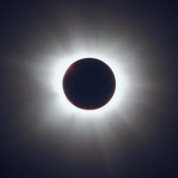 Totale Sonnenfinsternis 2001, aufgenommen in Zimbabwe. Instrument: Refraktor mit 130mm Öffnung und 860 mm Brennweite, belichtet 5 Sekunden auf Kodak Ecktachrome 200. Aufnahme: © 2001, W. Paech